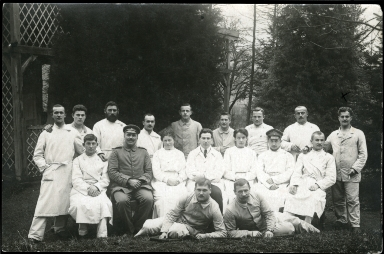 Picture postcard of group of injured soldiers, World War I